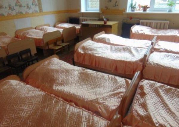 В Житомире в детском саду воспитательница снимала со спящих детей золото