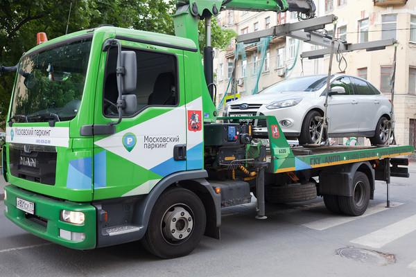 Могут начать эвакуировать машины без номеров с платных парковок