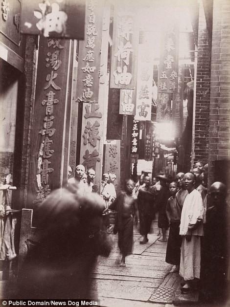 Мужчины на торговой улице в Гуанчжоу, провинция Гуандун, 1880 год Цин, китай, фотография, эпоха