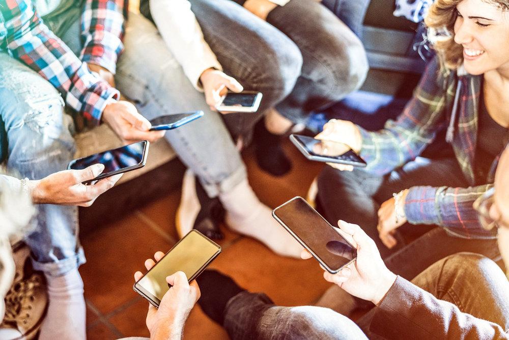 Соцсеть для подростка - это статус: он стал старше, он там, где много сверстников и даже взрослых. Фото: Viewapart / iStock