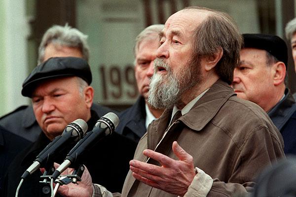Простой человек и не заметит, где Солженицин предал и обманул