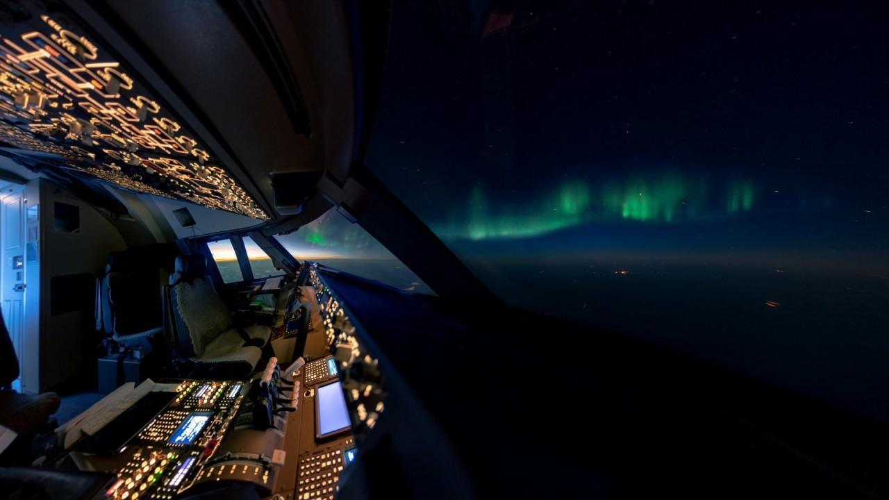 Северное сияние. Снято в небе над Канадой в летнее время (это большая редкость) аэросъемка, кабина пилота, кабина самолета, красивые фотографии, пилот, с высоты, с высоты птичьего полета, фотограф