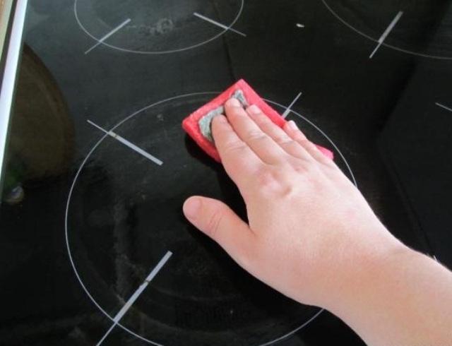 Как очистить стеклокерамическую плиту от нагара и жира в домашних условиях?