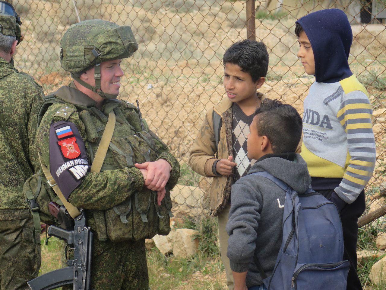 Уникальные кадры: Российские военные и сирийские красавицы отобрали у боевиков пояса смертников и оружие вРухейбе (ВИДЕО)