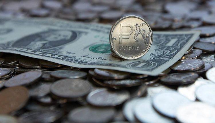 Евро и доллар растут по отношению к рублю