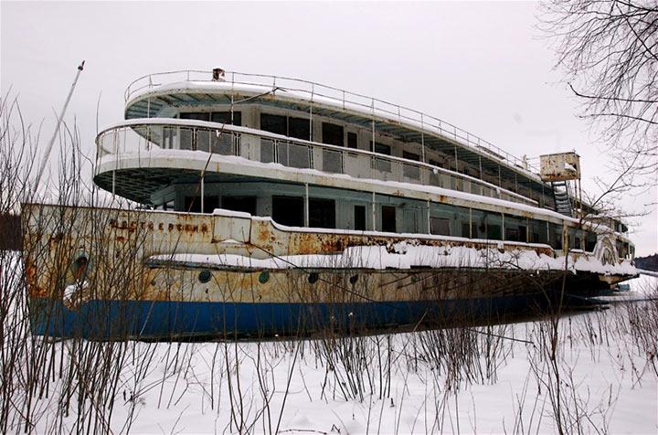 Наняли двух Евреев покрасить пароход. Те все сделали честно, по-Одесски!