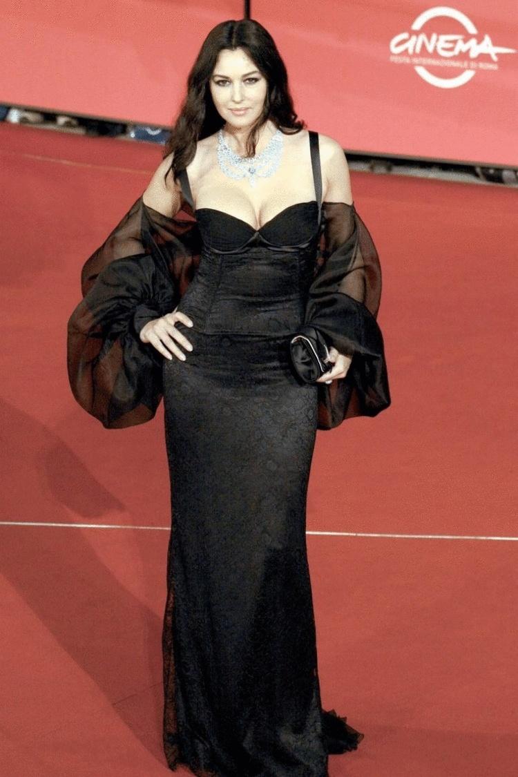 Для любой ситуации – 25 самых красивых чёрных платьев из обширной коллекции Моники Беллуччи