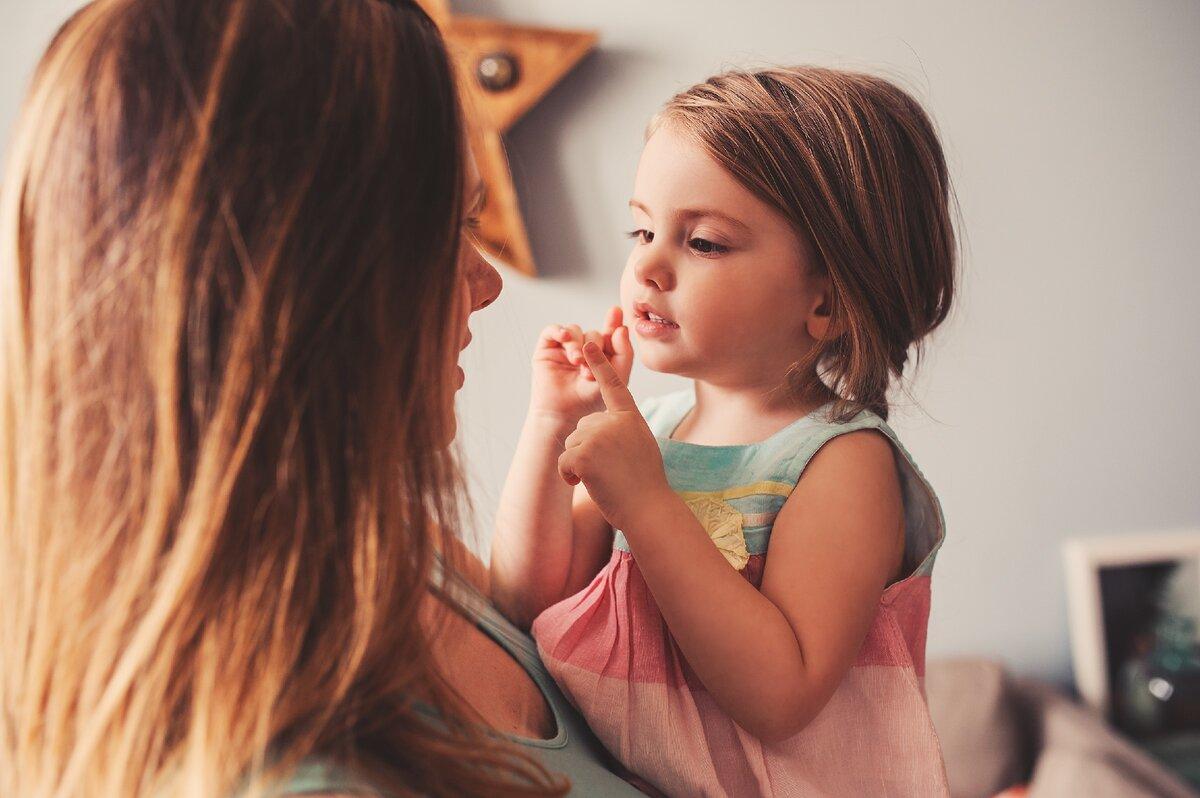 Девочка рассказывает маме о своем дне