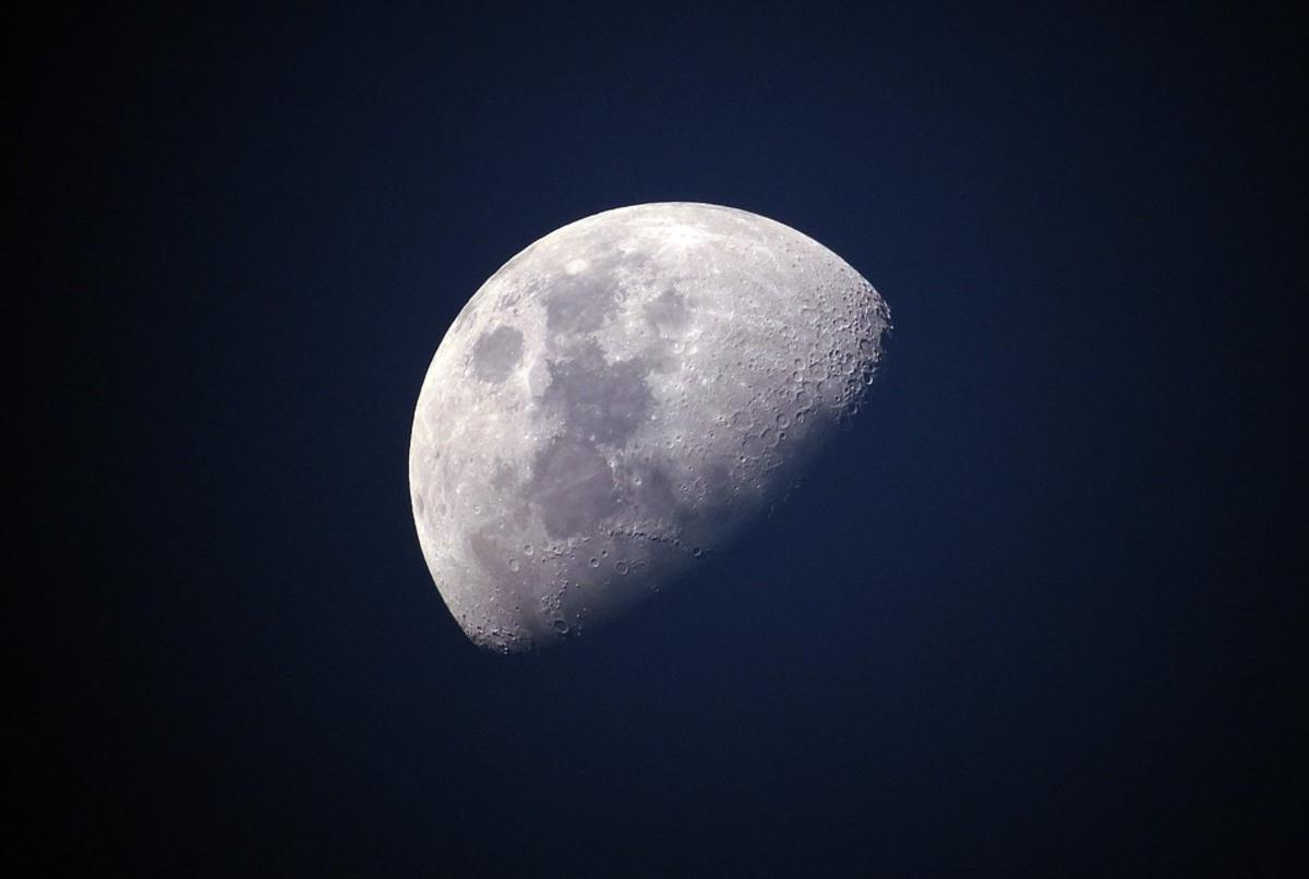 В лунном грунте нашли следы минералов с Земли