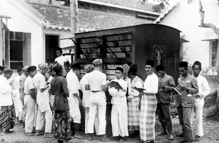 В Индонезии, начало 20 века библиотека, библиотека на колесах, ретро фото