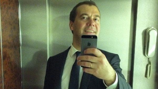Дмитрия Медведева призвали разбить свой «айфон»