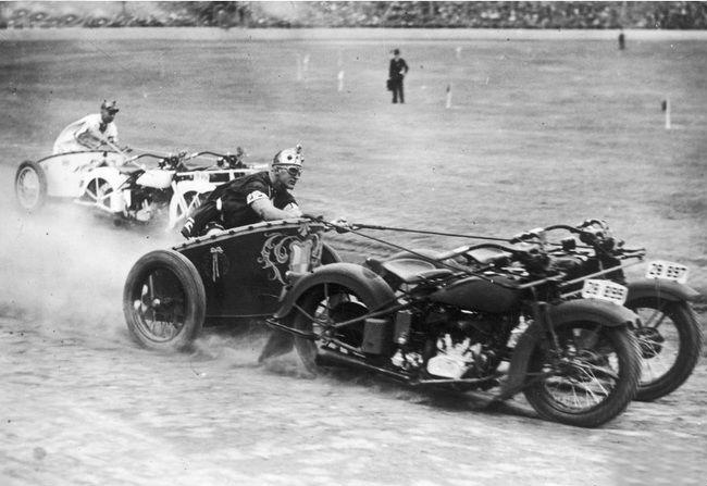 Колесницы, запряженные мотоциклами на стадионе во время празднования дня полиции. Новый Южный Уэльс. Австралия. 1936 год.