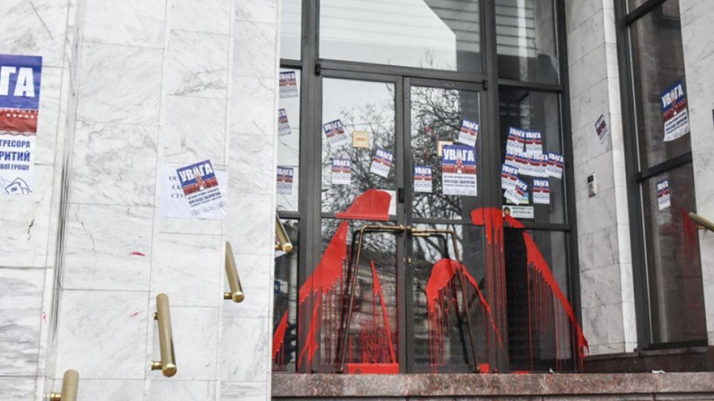 Украинские активисты облили краской здание российского банка