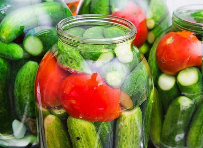 Малосольные огурцы и помидоры — приготовьте летний разносол любимых овощей.