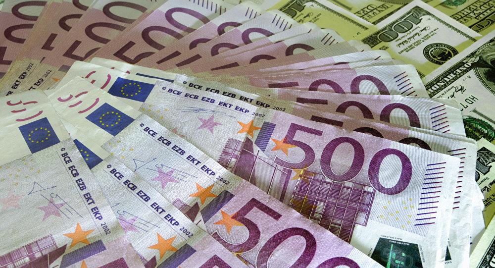 Рубль слабеет по отношению к доллару и евро