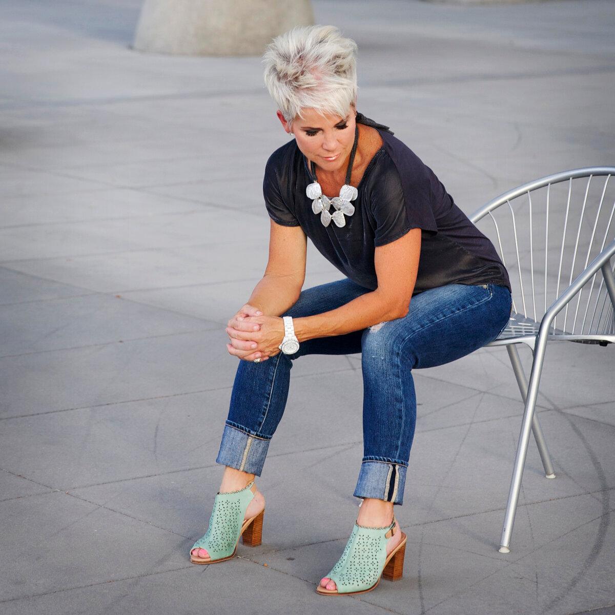 Женщина носит джинсы с широкими подворотами. /Фото: static.wixstatic.com