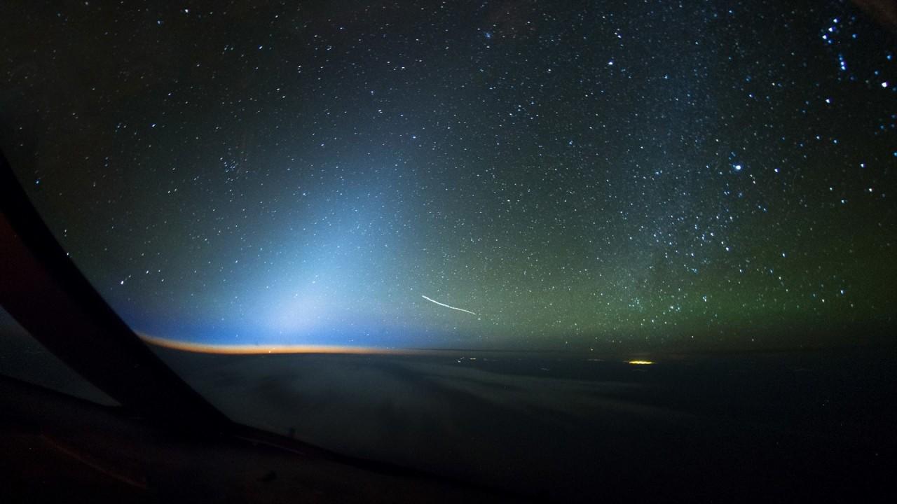 Зодиакальный свет - редкое природное явление, свечение неба вдоль эклиптики вследствие подсвечивания Солнцем мелких частиц пыли и других космических объектов аэросъемка, кабина пилота, кабина самолета, красивые фотографии, пилот, с высоты, с высоты птичьего полета, фотограф