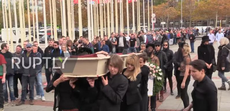 Femen устроили голые похороны в Берлине (видео)