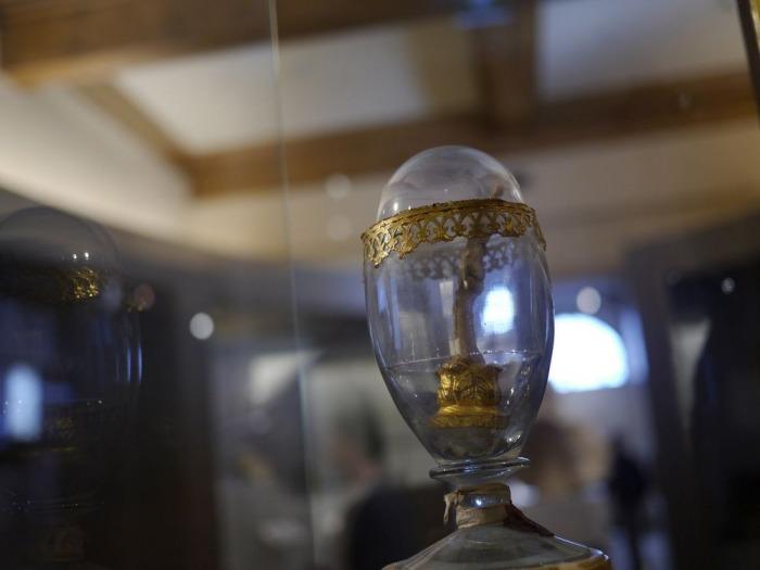 Средний палец Галилея, который выставлен в прозрачном «пасхальном яйце».