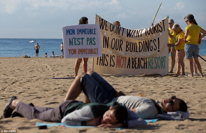 Жители Барселоны протестуют против засилья туристов
