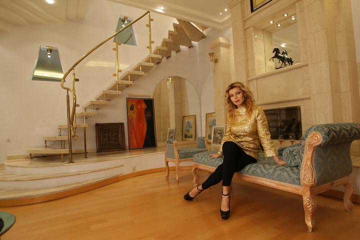 Лада Дэнс живет в поселке Подушкино, где за дом с мебелью (площадь 530 м², участок 23 сотки) просят 147 миллионов рублей.