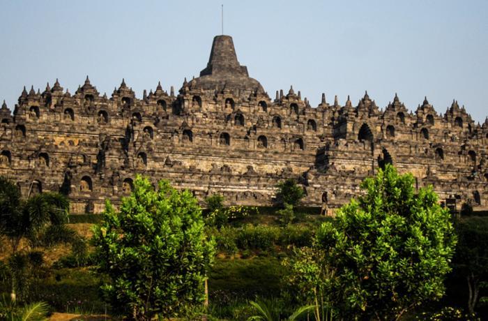 Боробудур, Ява Буддийская ступа и связанный с ней храмовый комплекс расположены на острове Ява в Индонезии. Ступа состоит из 2 000 000 каменных блоков, а объем всего сооружения составляет около 55 000 м³. Постройка датируется VII—IX веком. Комплекс Боробудур входит в число объектов Всемирного наследия.