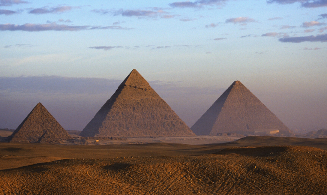 Навигация Великая пирамида Египта, по мнению французских исследователей Белизала и Шомери, ни что иное, как гигантская навигационная станция. Ученые решили, что масса и форма пирамиды могла бы превращать ее в мощную «вибрационную станцию», то есть с помощью копии пирамиды, установленной, например, на корабле, путешественники могли точно определять направление, в котором находится родина. Никаких доказательств этой теории до сих пор нет.