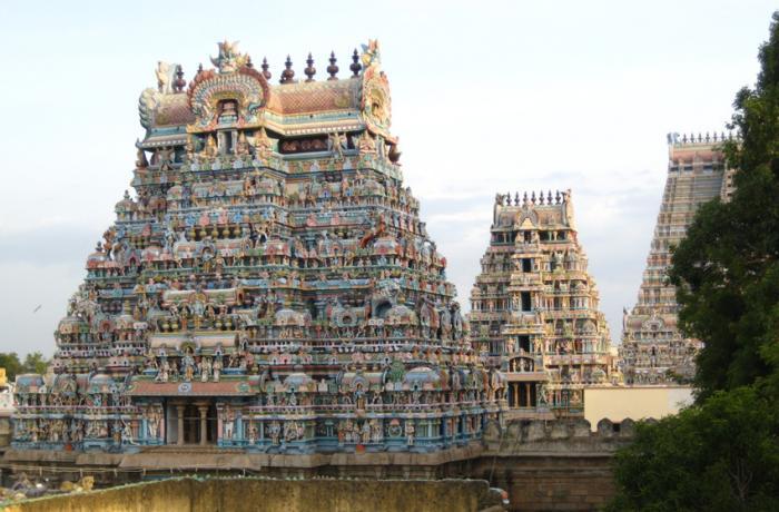 Шри Ранганатхасвами, Шрирангам Индуистский вайшнавский храмовый комплекс был построен в IX веке правителями династии Ганга. Спустя несколько столетий храм реставрировали и частично перестраивали. Храмовой комплекс представляет собой смесь архитектур Хойсала и Виджаянагара. Сооружение занимает площадь в 63 гектара и является самым крупным культовым сооружением в Индии.