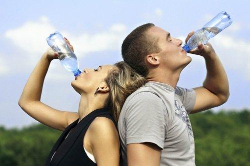 девушка и парень пьют воду