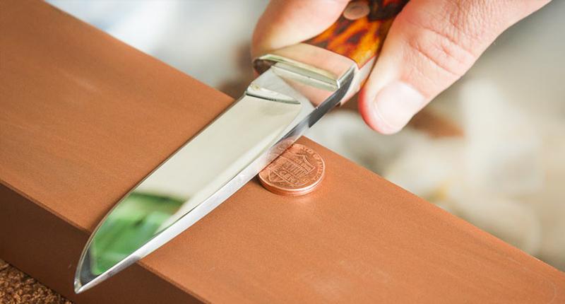 Используйте маркер Этот простой, но действенный трюк поможет вам следить за ходом заточки. Просто пометьте маркером линию на лезвии ножа до начала работы. В процессе она подскажет вам, где вы пропустили участок лезвия, а где уже довели дело до конца.