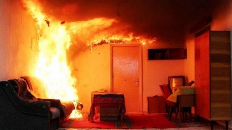 Пожарный опубликовал два фото обычной двери и дал важный совет молодым родителям