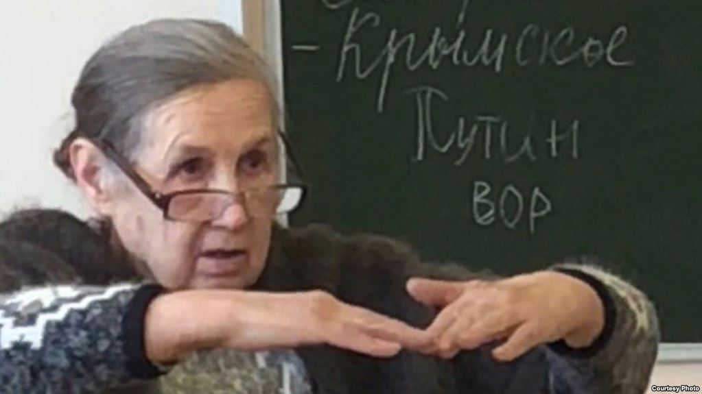 """""""В советское время был бы расстрел!"""" Школьников отчитали за надпись """"Путин – вор"""""""