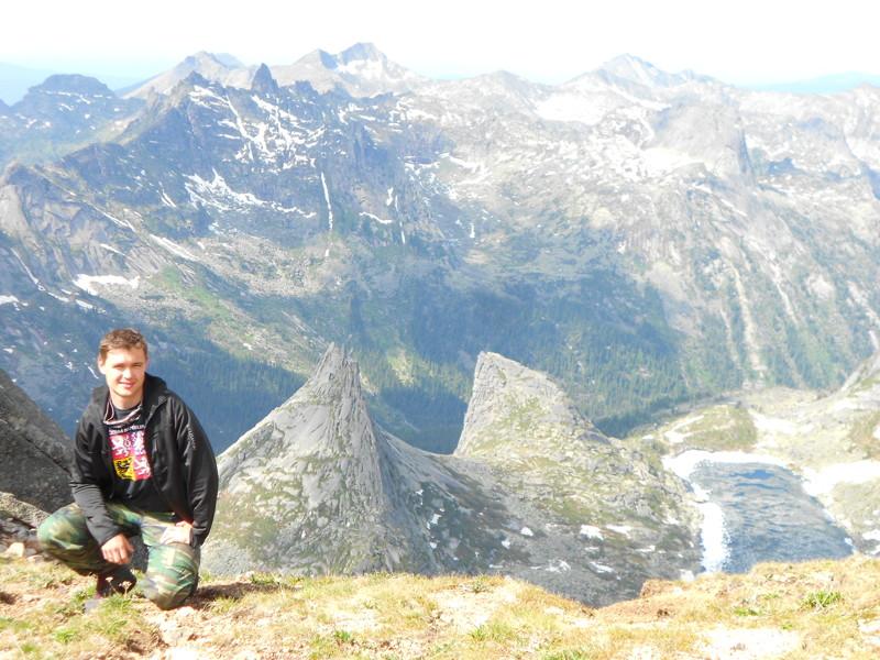 На фоне параболы и озера Горных духов Ергаки, горы, лето, природа, снег, снег летом