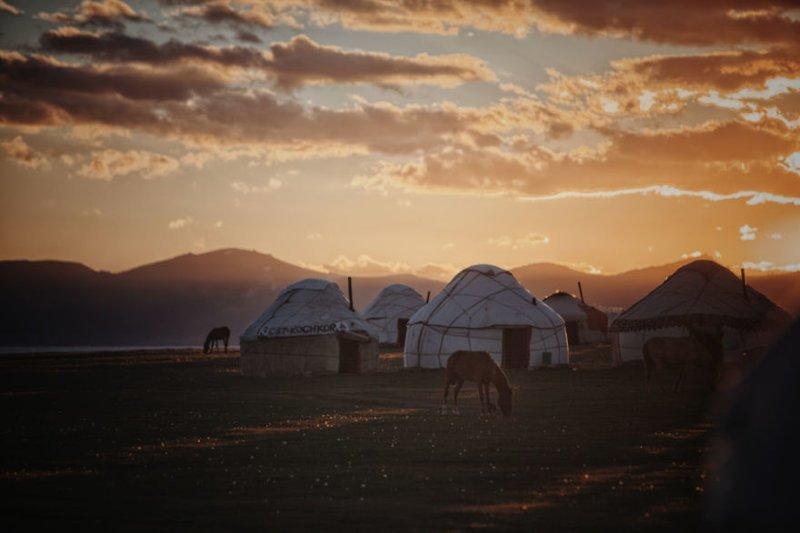 На озере Сон-Куль, Кыргызстан, высота над уровнем моря 3 000 м монголия, мотоцикл, мотоцикл с коляской, мотоцикл урал, путешественники, путешествие, средняя азия, туризм