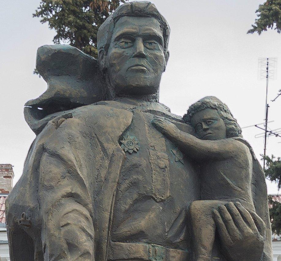 «Ночные волки» поставили в Севастополе памятник печальному воину-освободителю.