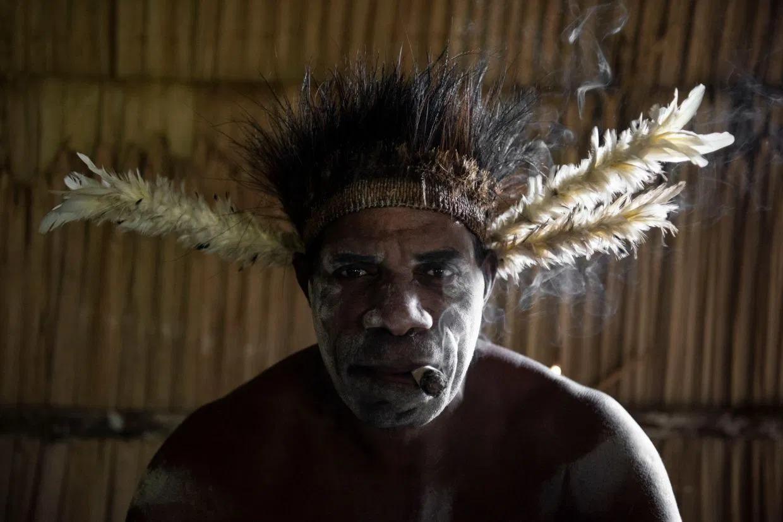 Племя людоедов изнутри: каннибалы из Новой Гвинеи
