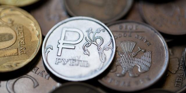 Рубль заметно подешевел после падения цены нефти Brent на 5%