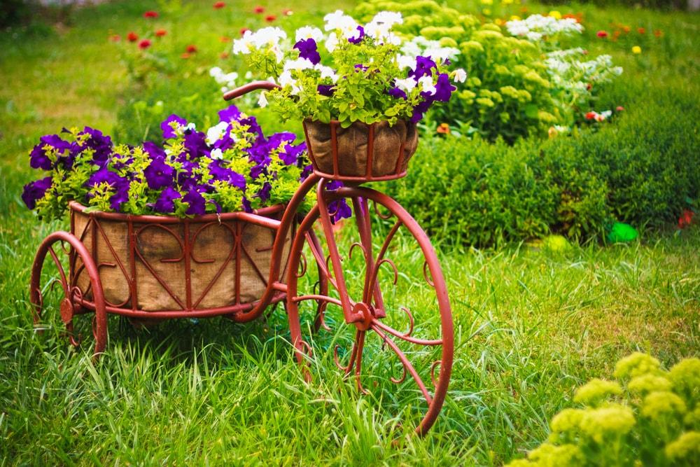 Красивая весенняя композиция из живых цветов и металла