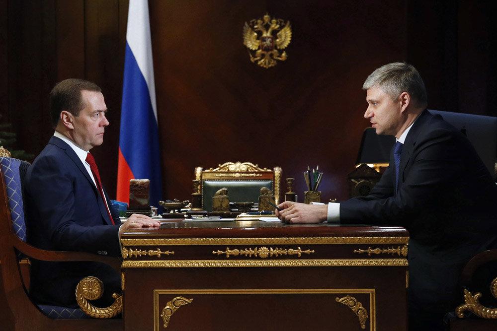 Медведев призвал РЖД обновить парк пассажирских вагонов