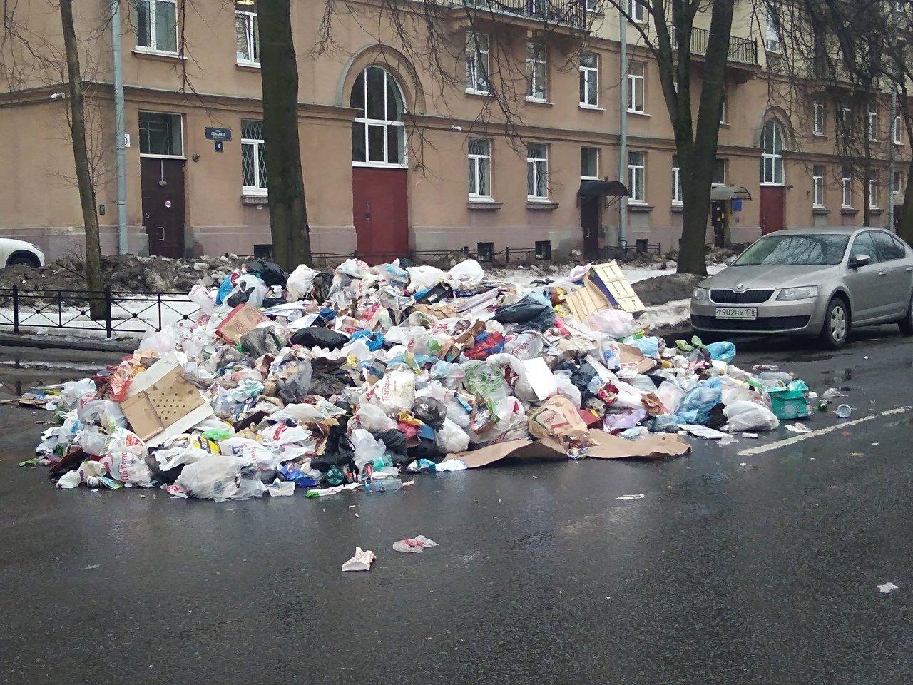 На улице Фрунзе в Петербурге «прорвало» мусоровоз: на место аварии прибыл бульдозер
