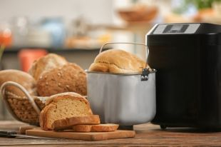 Варит сгущенку и замешивает тесто. 7 полезных функций хлебопечки