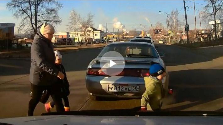 Яжемать с двумя детьми переходит дорогу в неположенном месте