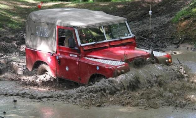 Британец переделал Land Rover в паровоз