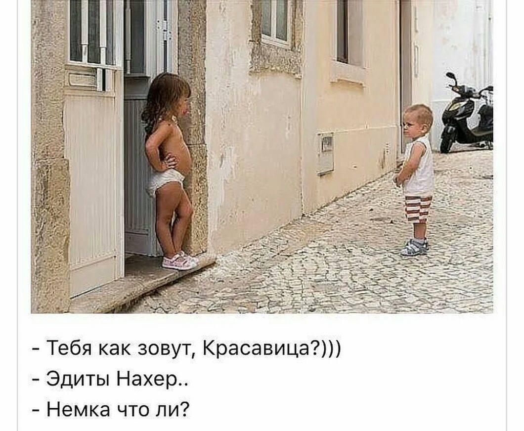 Пасха. Идет по Москве парень, в руке вареное яйцо, как полагается — крашеное в красный цвет…