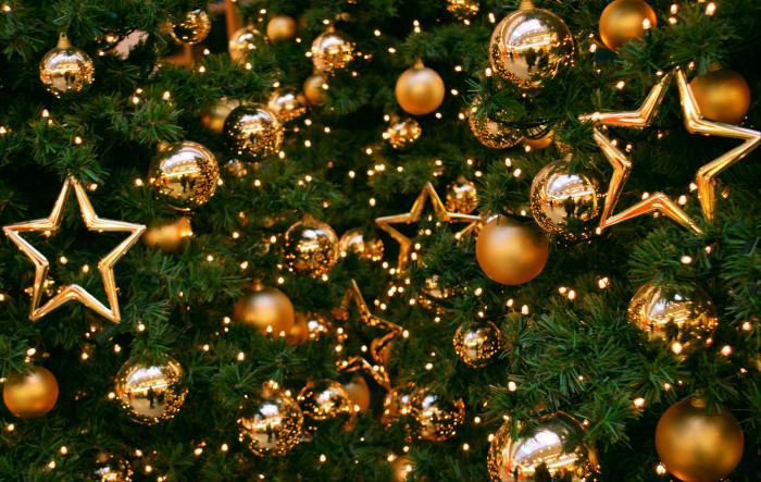 Елка, украшенная золотистыми шарами и звездами./Фото: getbg.net