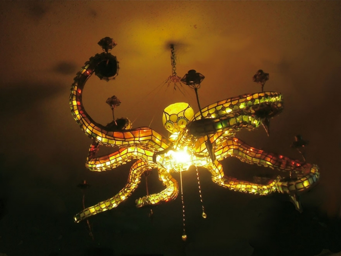 Витражная люстра в форме осьминога.