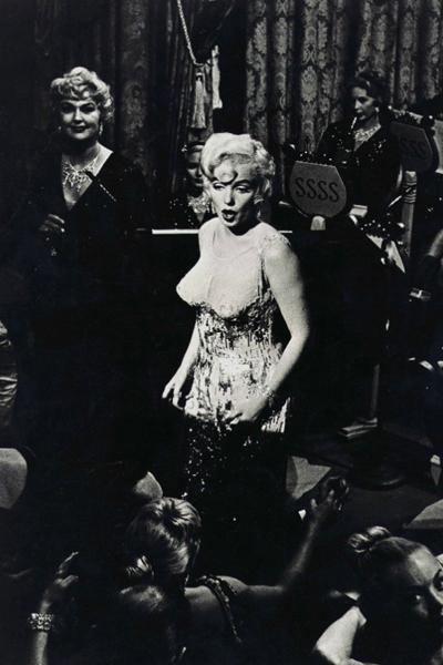 Американский кинокритик Роджер Эберт описывает сцену, в которой Монро поет в «голом» коктейльном платье как «стриптиз, в котором нагота была бы излишней».