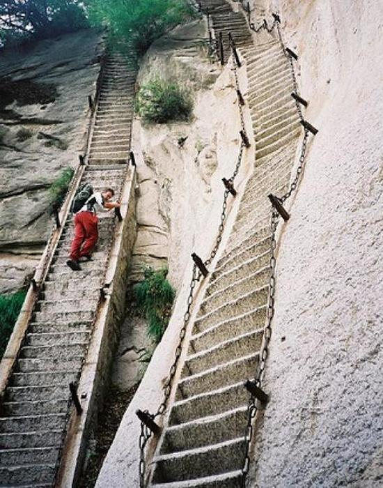 Необычная лестница на горе Хуашань.