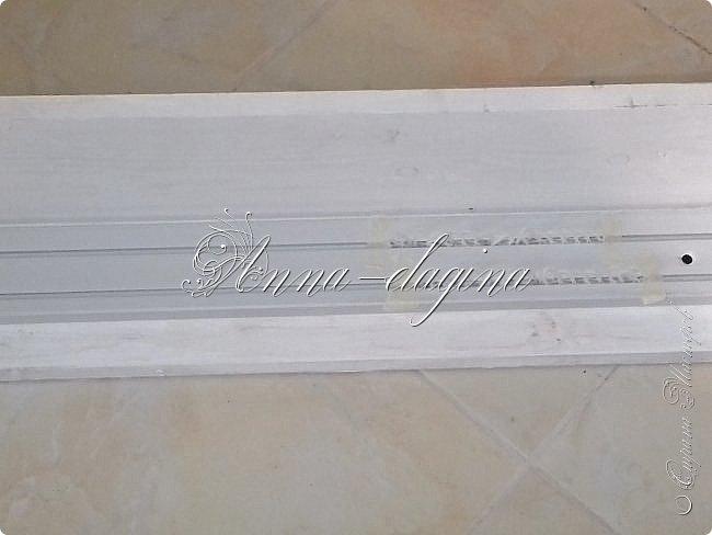 Всем привет! Сегодня я расскажу, как можно сделать дорогую гардину из дешевых материалов. Для работы потребуется доска сухая строганная, недорогой багет, клей, краска, саморезы, лобзик или ножовка. фото 14