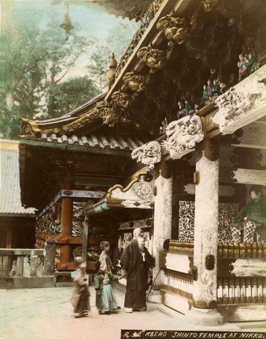 Синтоистский храм делится на две части: внутреннюю и закрытую (хондэн), где обычно хранится символ ками (синтай), и наружный зал для молений (хайдэн).